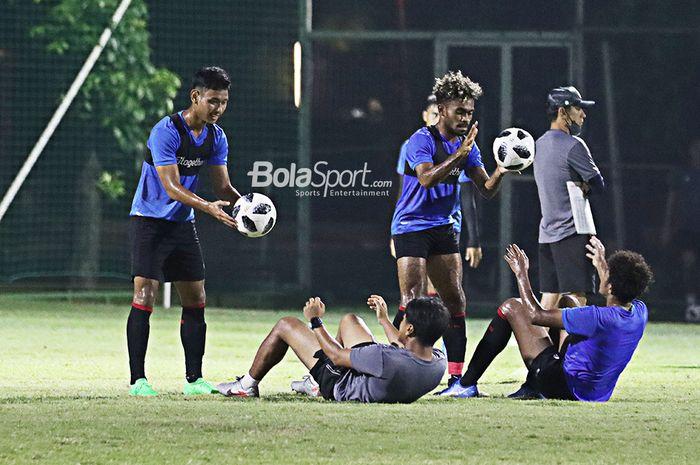 Salman Alfarid dan Yakob Sayuri, beserta pilar timnas U-22 Indonesia lainnya sedang menjalani latihan di Lapangan D, Senayan, Jakarta, 2 Maret 2021.