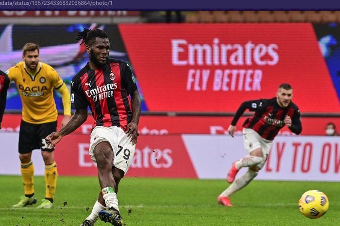 Gelandang AC Milan, Franck Kessie, mencetak gol penalti ke gawang Udinese dalam laga gionarta 25 Liga Italia 2020-2021,  Rabu (3/3/2021) waktu setempat atau Kamis pukul 02.45 WIB di San Siro.