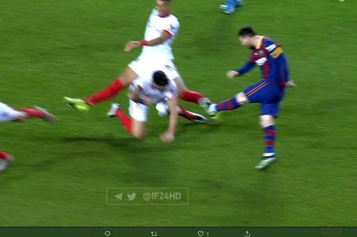Tendangan megabintang Barcelona, Lionel Messi, diblok pemain Sevilla dalam  laga Copa del Rey.
