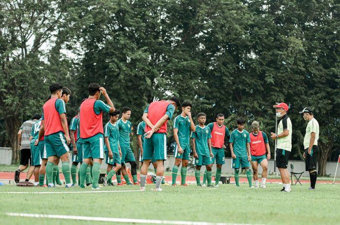 Persebaya Surabaya gelar latihan perdana di lapangan Jala Krida Mandala, Bumimoro, Kamis (4/2/2021).