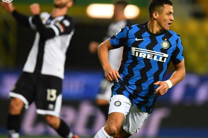 Alexis Sanchez tampil gemilang dengan memborong dua gol dalam kemenangan 2-1 Inter Milan atas Parma pada laga pekan ke-25 Liga Italia 2020-2021.