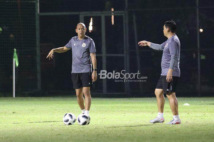 Nova Arianto serta asisten pelatih timnas U-22 Indonesia lainnya sedang berkomunikasi dalam latihan timnas U-22 Indonesia di Lapangan D, Senayan, Jakarta, 2 Maret 2021.
