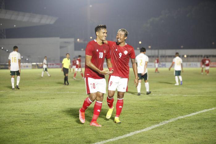 Penyerang timnas U-22 Indonesia, M Rafli, merayakan gol bersama Kushedya Hari Yudo