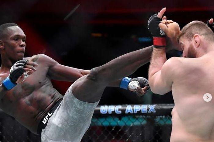 Aksi Israel Adesanya (kiri) dalam duel menghadapi, Jan Blachowicz pada UFC 259 Minggu (7/3/2021).