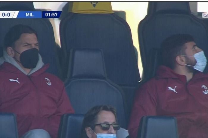Bomber AC Milan, Zlatan Ibrahimovic (kiri), nonton laga kontra Verona di tribune, 7 Maret 2021.