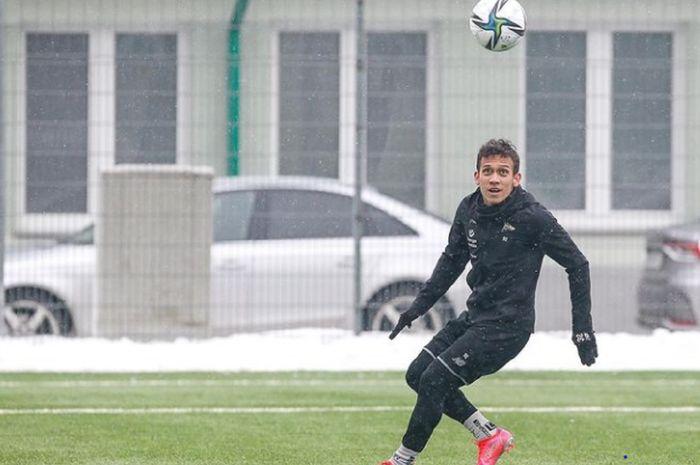 Egy Maulana Vikri berusaha mengontrol bola dalam latihan Lechia Gdansk.