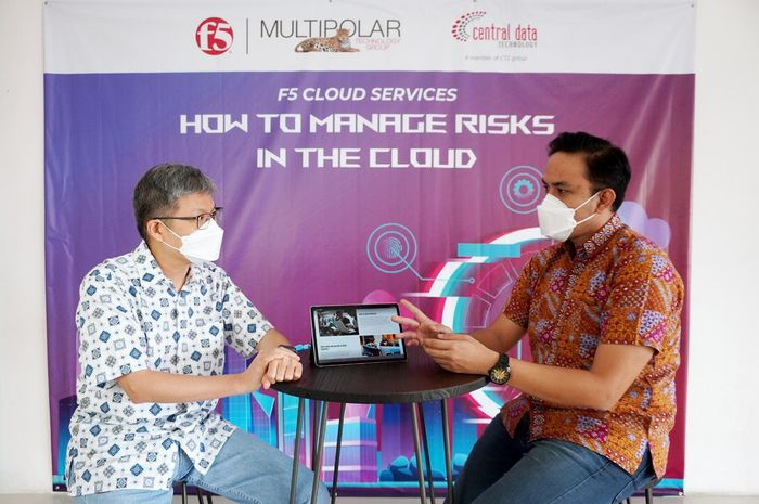 "Yohan Gunawan, Director Hybrid Infrastructure Services Business PT Multipolar Technology Tbk (kiri) dan Gary Adrian, Head Presales Network PT Multipolar Technology Tbk (kanan) tengah berbincang di sela-sela webinar F5 Cloud Services ""How to Manage Risks in the Cloud"""