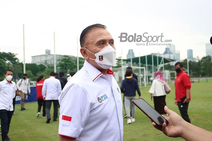 Ketua Umum PSSI, Mochamad Iriawan, sedang memberikan keterangan kepada awak media seusai memantau latihan timnas putri Indonesia di Lapangan D, Senayan, Jakarta, 8 Maret 2021.