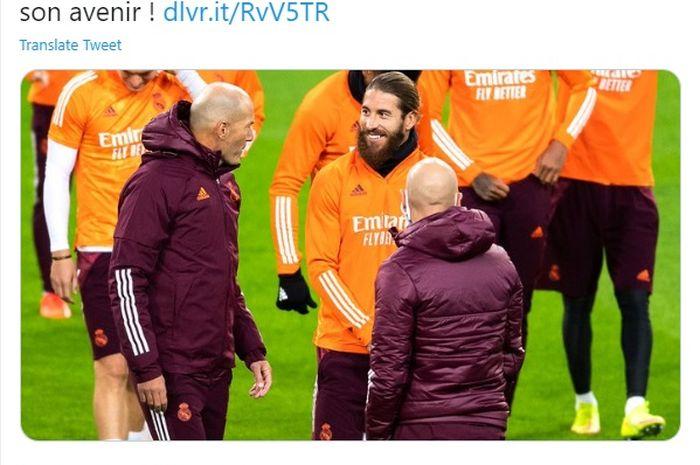 Pelatih Real Madrid, Zinedine Zidane (kiri) saat berbincang dengan kapten tim, Sergio Ramos, dalam sebuah sesi latihan.