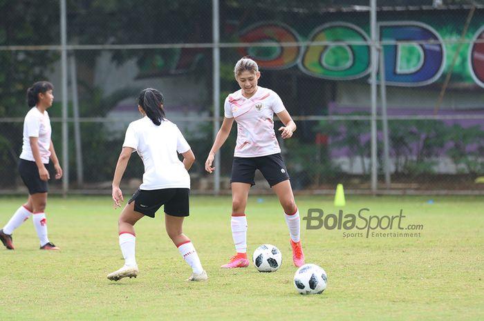 Zahra Muzdalifah sedang berlatih dalam pemusatan latihan timnas putri Indonesia di Lapangan D, Senayan, Jakarta, 8 Maret 2021.