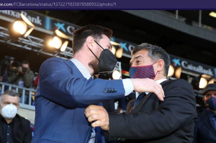 Presiden Barcelona, Joan Laporta, memeluk Lionel Messi pada acara inaugurasi, Rabu (17/3/2021) pukul 18.00 waktu setempat.