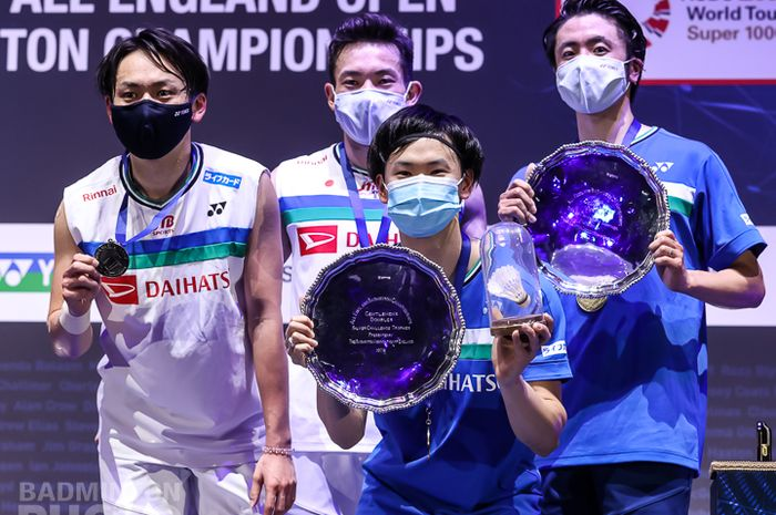 Dua pasangan ganda putra Jepang, Hiroyuki Endo/Yuta Watanabe (jersey biru) dan Takeshi Kamura/Keigo Sonoda, berpose di atas podium usai menjalani pertandingan final All England Open 2021 di Arena Birmingham, Birmingham, Inggris, Minggu (21/3/2021).
