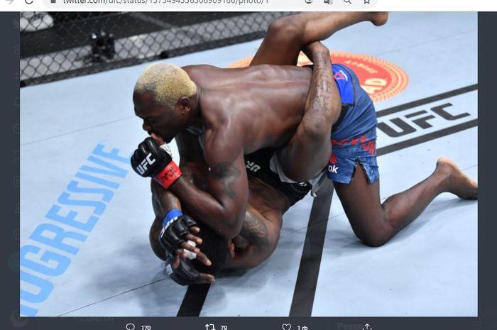 Derek Brunson (atas) saat melakukan ground and pound untuk mendesak Kevin Holland (bawah) pada ajang UFC Vegas 22, Minggu (21/3/2021).