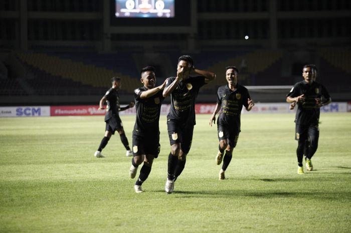 Pemain PSIS Semarang, Fandy Eko Utomo, usai mencetak gol ke gawang Tira Persikabo