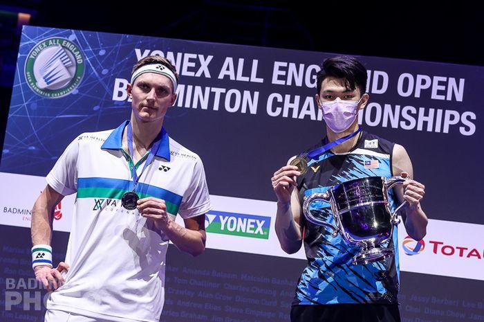 Pebulu tangkis tunggal putra Malaysia, Lee Zii Jia (kanan) dan Viktor Axelsen (kiri) di podium All England Open 2021 di Utilita Arena Birmingham, Inggris (22/3/2021).