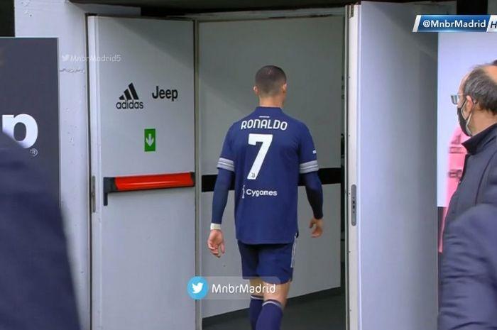 Megabintang Juventus, Cristiano Ronaldo, meninggalkan lapangan selepas laga kontra Benevento pada Minggu (21/3/2021).
