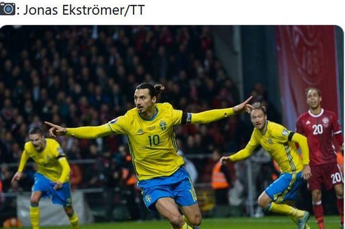 Striker timnas Swedia, Zlatan Ibrahimovic, melakukan selebrasi.