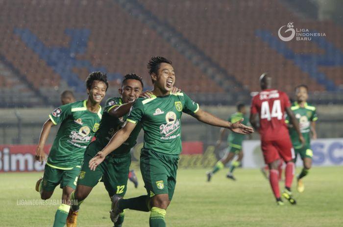 Striker Persebaya Surabaya, Samsul Arif, melakukan selebrasi usai mencetak gol ke gawang Persik Kediri di ajang Piala Menpora 2021.