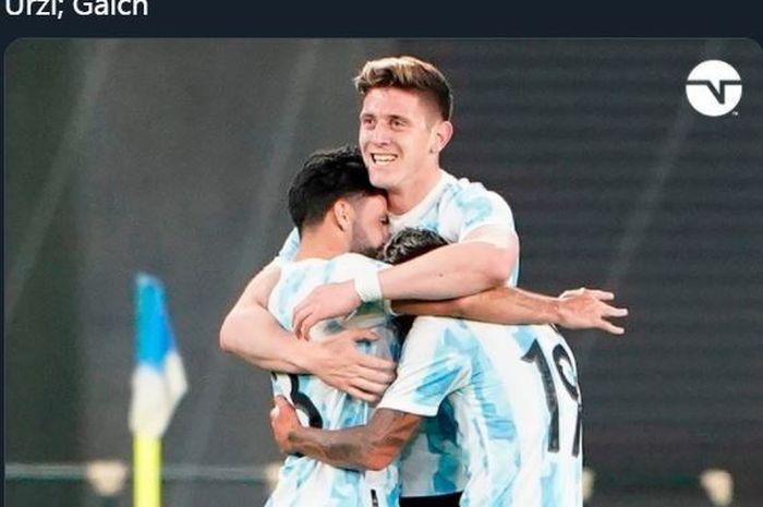 Adolfo Gaich (tengah) merayakan golnya untuk timnas U-23 Argentina ke gawang Jepang, 26 Maret 2021.
