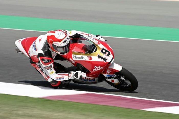 Pembalap Idemitsu Honda Team Asia, Andi Farid Izdihar atau Andi Gilang, saat melakoni sesi kualifikasi Moto3 Qatar 2021 di Sirkuit Losail, Sabtu (27/3/2021).