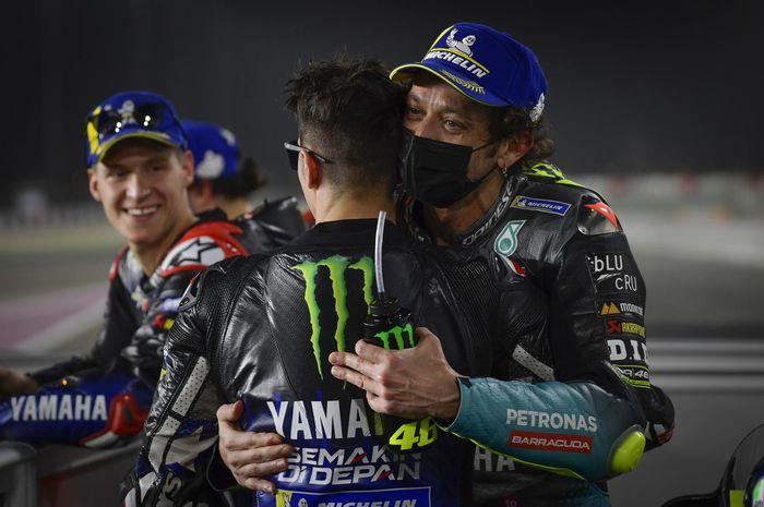 Valentino Rossi dipeluk Maverick Vinales dan diberi ucapan selamat juga dari Fabio Quartararo atas hasil kualifikasi MotoGP Qatar 2021