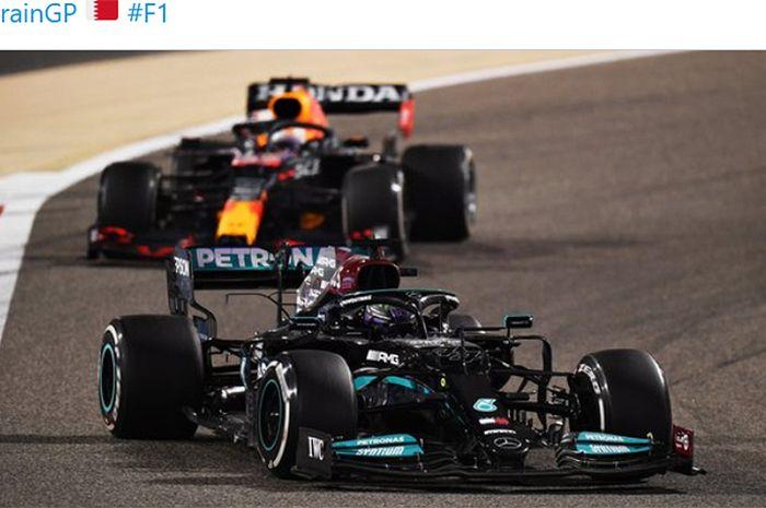 Pembalap Mercedes, Lewis Hamilton, diikuti Max Verstappen (Red Bull Racing) pada balapan Formula 1 GP Bahrain di Sirkuit Sakhir, Bahrain, 28 Maret 2021.
