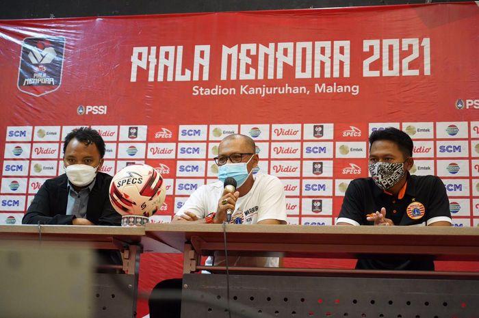 Sudirman (tengah) dipastikan tidak akan lagi menjabat sebagai pelatih kepala Persija Jakarta.