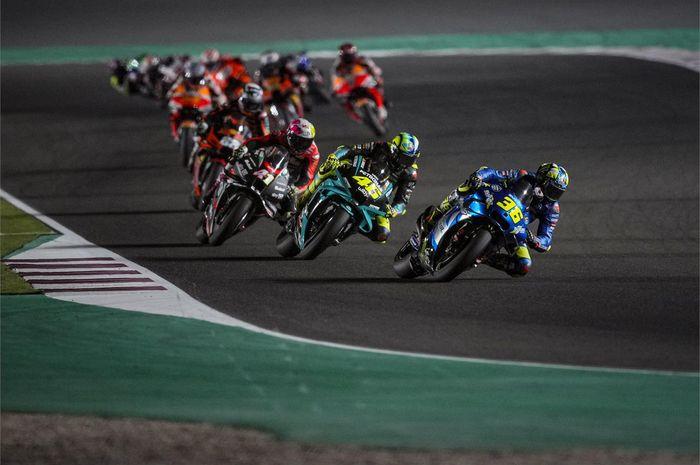 Pembalap Suzuki Ecstar, Joan Mir, memimpin barisan pembalap pada balapan MotoGP Qatar di Sirkuit Losail, Doha, Qatar, 28 Maret 2021.