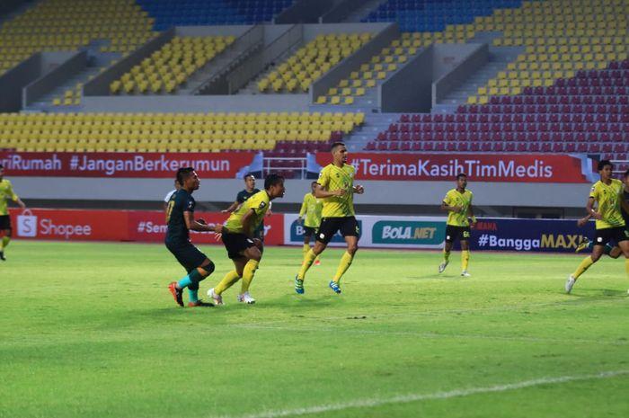 Suasana pertandingan Tira Persikabo versus Barito Putera di Stadion Manahan, Solo, Selasa (30/3/2021).