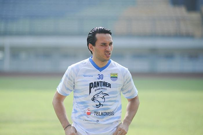 Penyerang Persib Bandung, Ezra Walian, dalam sesi latihan tim yang berlangsung di Stadion Gelora Bandung Lautan Api (GBLA), Kamis (18/03/2021).