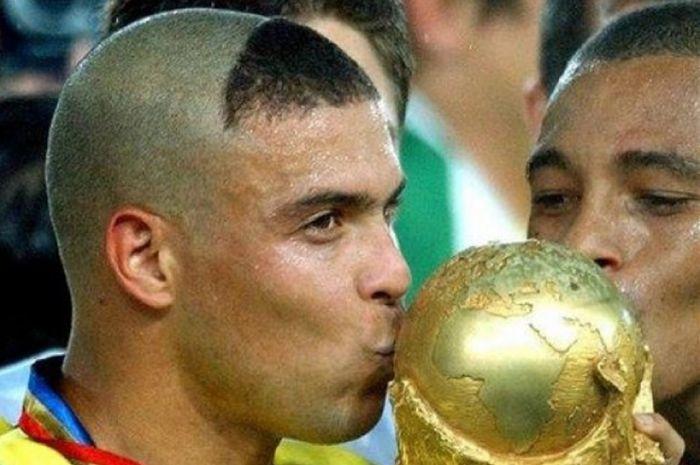 Legenda sepak bola Brasil, Ronaldo Nazario, meminta maaf kepada seluruh emak-emak di dunia lantaran memiliki gaya rambut ikonik di Piala Dunia 2002.