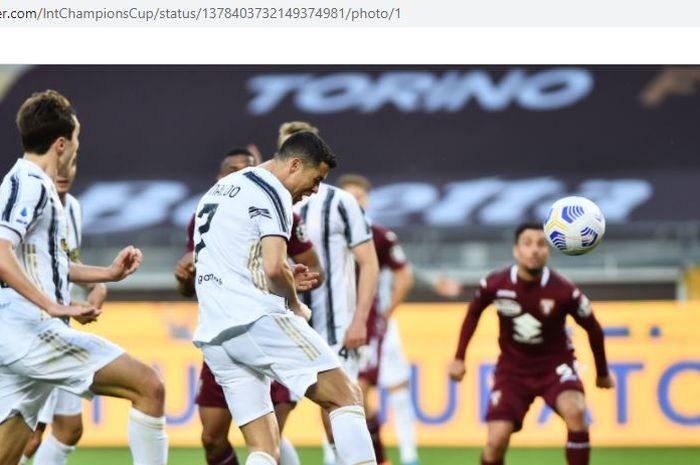 Megabintang Juventus, Cristiano Ronaldo, mencetak gol ke gawang Torino dalam laga Liga Italia di Stadion Olimpico Grande Torino, Sabtu (3/4/2021).
