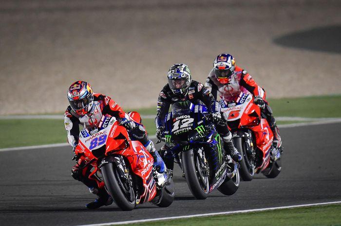 Dari kiri ke kanan, Jorge Martin (Pramac Ducati), Fabio Quartararo (Monster Energy Yamaha), Johann Zarco (Pramac Ducati) bersaing di lintasan balap MotoGP Doha 2021 di Sirkuit Losail, Minggu (4/4/2021).