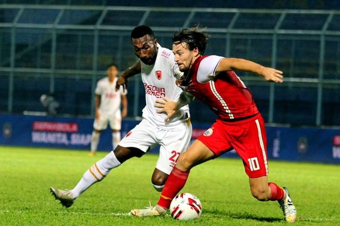 Penyerang PSM Makassar, Patrich Wanggai, berduel dengan gelandang Persija Jakarta, Marc Klok, pada laga fase grup Piala Menpora 2021 yang berlangsung di Stadion Kanjuruhan, Malang, Senin (22/3/2021) malam WIB.