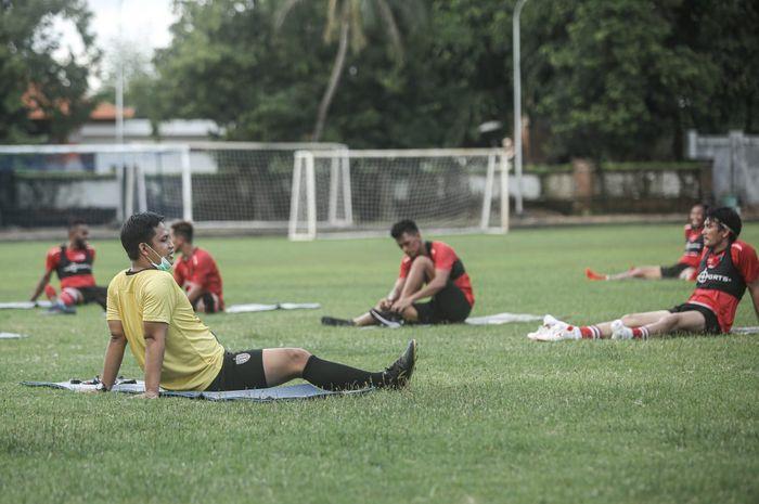 Pelatih fisik Bali United, Rony Azani saat memimpin latihan skuad Serdadu Tridatu.