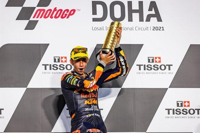 Pembalap Red Bull KTM Ajo, Pedro Acosta, merayakan kemenangan pada balapan Moto3 Doha