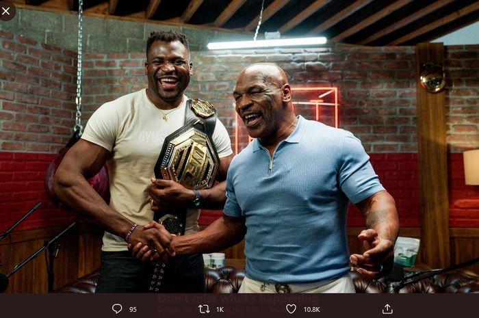 Juara kelas berat UFC, Francis Ngannou, dan legenda tinju kelas berat, Mike Tyson.