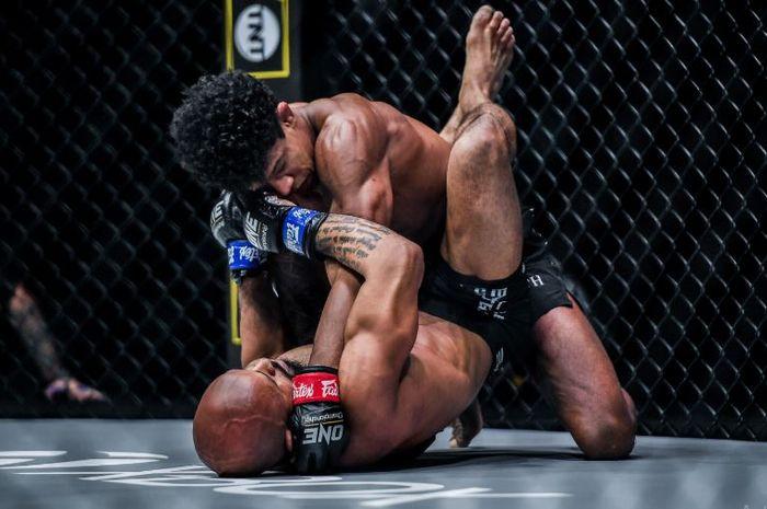 Aksi Andriano Moraes (atas) kala menghadirkan KO perdana untuk eks jagoan UFC, Demetrious Johnson (bawah) pada ONE on TNT 1 (8/4/2021)