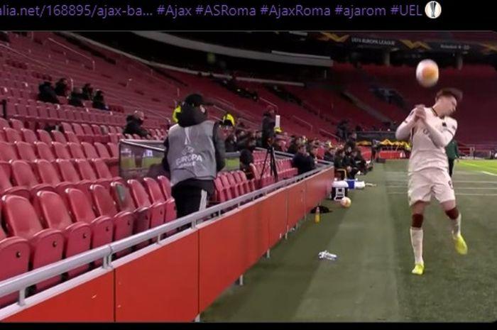 Bek AS Roma, Riccardo Calafiori, mendapat perlakuan tak terpuji dari ball-boy Ajax Amsterdam.