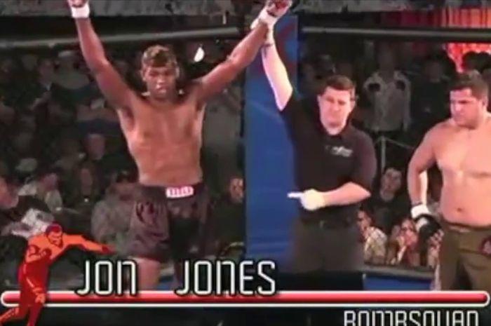 Jon Jones mengalahkan Brad Bernard dalam laga debutnya di MMA profesional pada 12 April 2008.