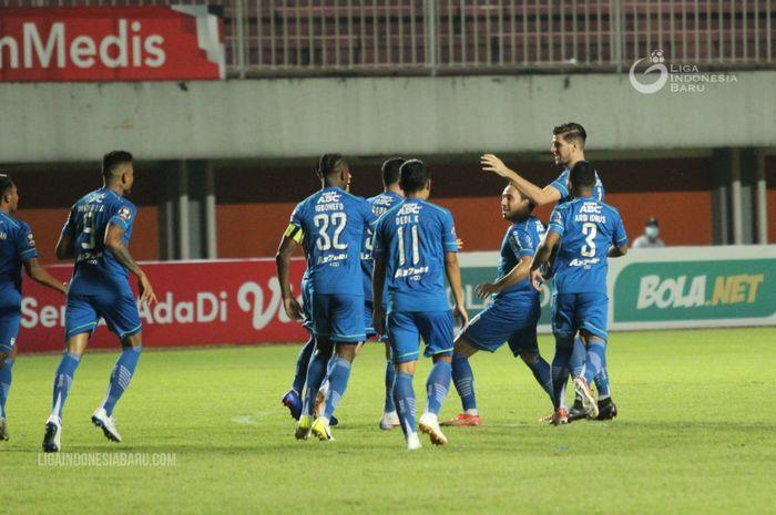 Para pemain Persib Bandung merayakan gol cepat yang dicetak oleh Ezra Walian pada laga kontra Persebaya Surabaya di semifinal Piala Menpora 2021.
