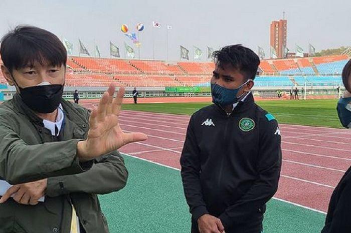 Shin Tae-yong saat memberi wejangan pada Asnawi Mangkualam usai memperkuat Ansan Greeners di di Liga Korea Selatan.