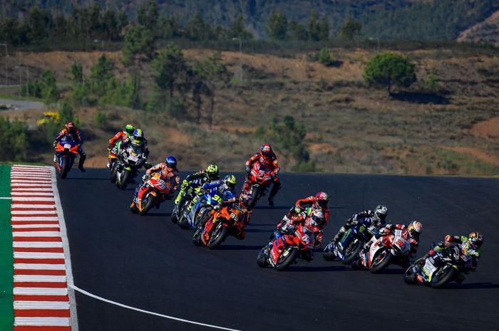 Para pembalap kelas MotoGP tengah bertempur di lintasan.
