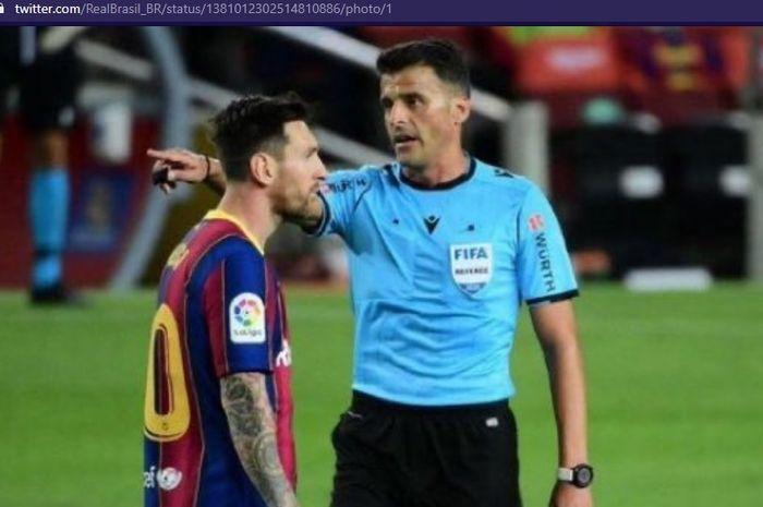 Lionel Messi tak bisa menutupi kekesalannya terhadap wasit dalam duel klasik antara Barcelona dan Real Madrid pada pekan ke-30 Liga Spanyol 2020-2021, Sabtu (10/4/2021) waktu setempat atau Minggu dini hari WIB.