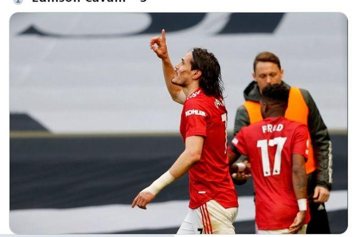 Striker Manchester United, Edinson Cavani, merayakan gol yang dia cetak ke gawang Tottenham Hotspur dalam laga pekan ke-31 Liga Inggris 2020-2021.