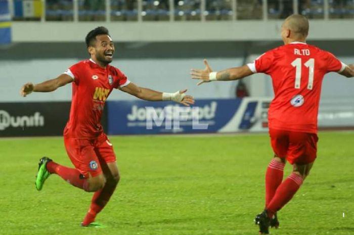 Gelandang Sabah FC dari Indonesia, Saddil Ramdani (kiri), selebrasi dengan rekannya seusai membobol gawang Penang FC dalam Liga Super Malaysia, Minggu (11/4/2021) malam WIB, di Stadion Bandar Raya Penang, George Town.