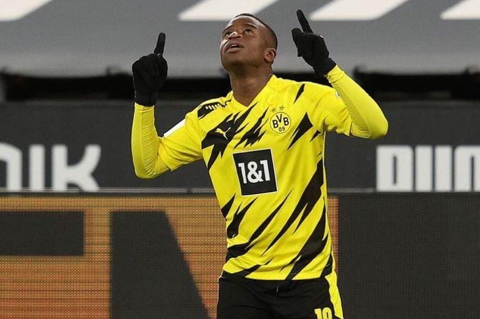 Wonderkid Borussia Dortmund pencetak rekor Liga Champions diperiksa polisi usai ribut dan kunci mantan pacarnya di flat.