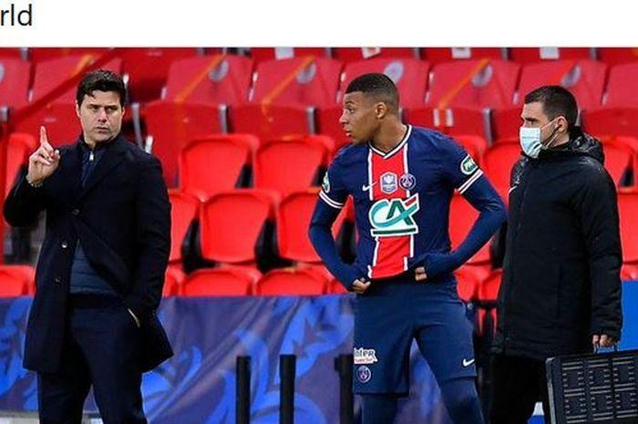 Pelatih Paris Saint-Germain, Mauricio Pochettino, memberikan instruksi kepada Kylian Mbappe.