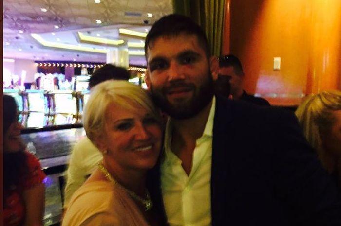 Jagoan UFC, Jeremy Stephens berpose dengan ibunda Conor McGregor.