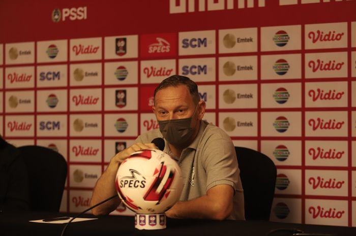 Pelatih PSS Sleman, Dejan Antonic, saat jalani press conference sebelum laga semifinal Piala Menpora 2021 melawan Persib